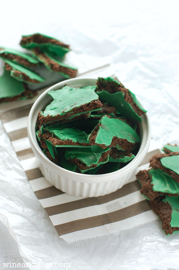 Thin Mint Truffle Bark | www.wineandglue.com | Your favorite Girl Scout Cookie in a delicious and irresistible treat!